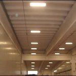 Illuminazione mediante plafoniere industriali 4 x 58W installate in ambienti con altezze superiori agli 8 metri.